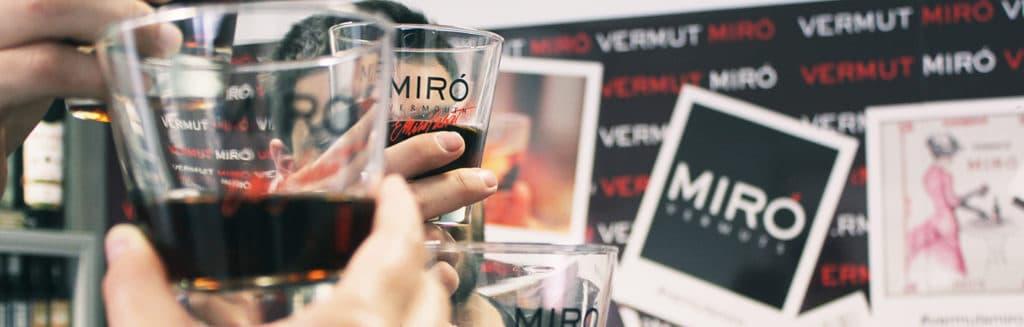 Gente brindando con Vermut Miró